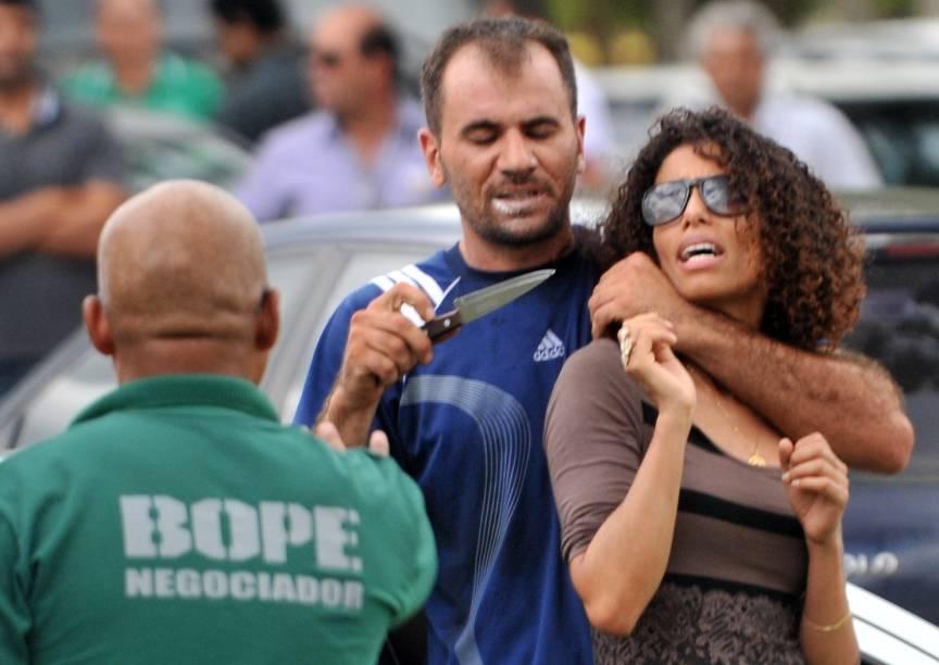 Sequestrador identificado como Robson Martins da Silva manteve uma mulher refém em frente ao Palácio do Buriti, sede do governo do Distrito Federal, em Brasília. O sequestrador foi atingido por bala de borracha e acabou preso; a vítima não teve ferimentos