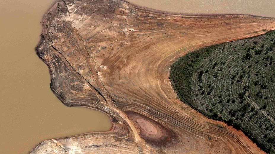 Vista aérea da represa de Atibainha, parte do Sistema Cantareira, com margens bastante expostas devido à seca no estado de São Paulo, em Nazaré Paulista
