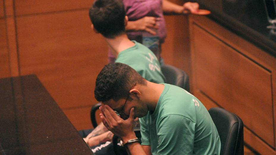 Julgamento dos acusados de matar o cinegrafista Santiago Andrade, Fábio Raposo Barbosa e Caio Silva de Souza (óculos), nesta sexta-feira (25)
