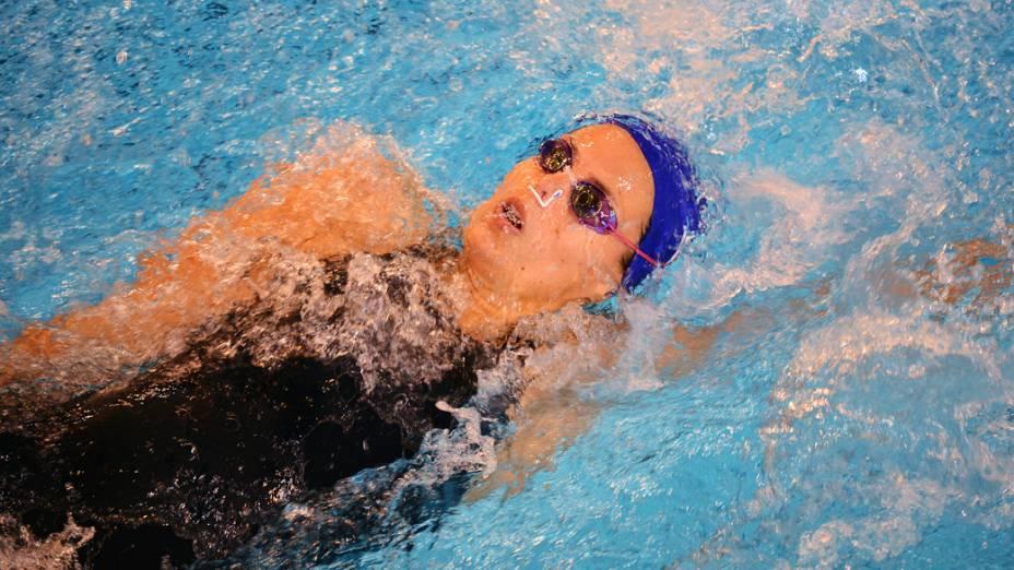 Laure Manaudou nos 100m nado costas durante o campeonato de natação francês, em Angers