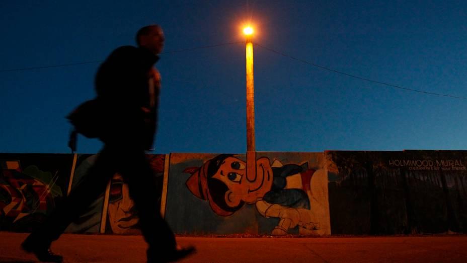 Canadense passa por muro com desenho do Pinocchio, em Ottawa