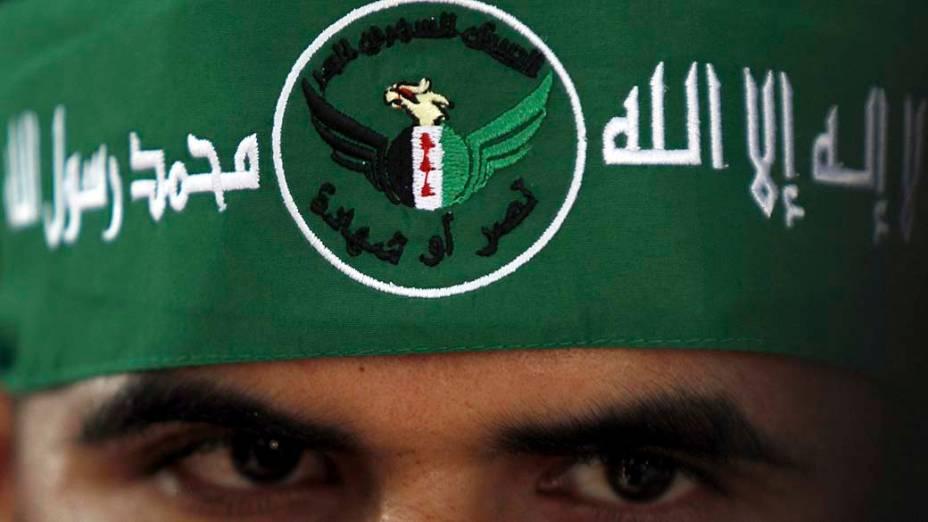No Egito, sírio participa de protesto contra a operação militar israelense em Gaza