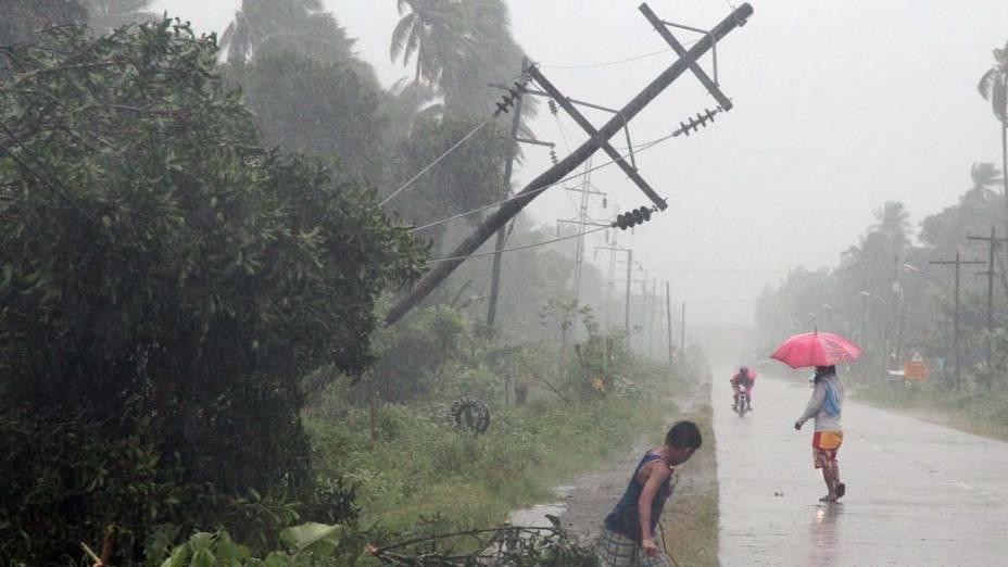 Filipinos andam na rua após passagem do tufão Bophal, no sul da ilha de Mindanao