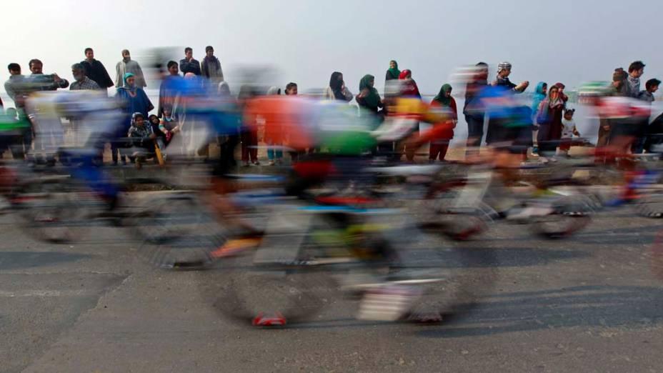 Público assiste prova de ciclismo Índia Tour, em Srinagar