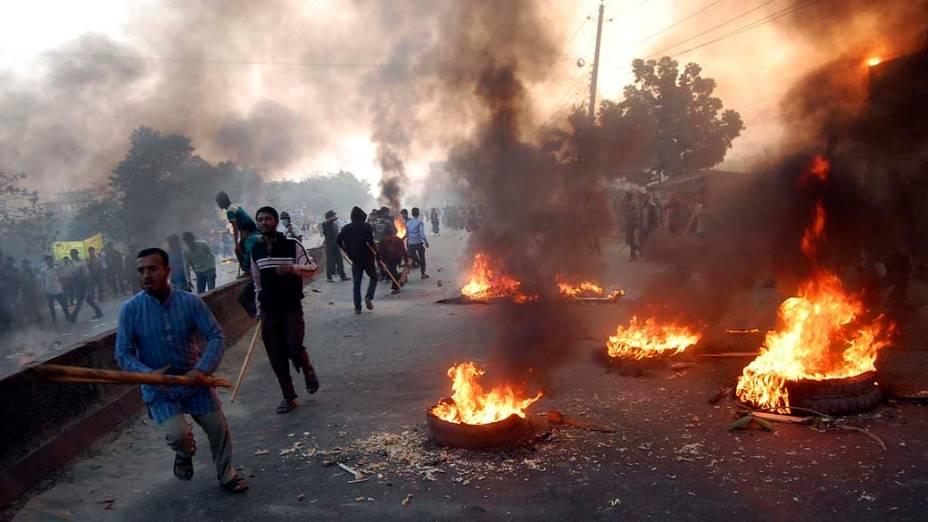 Em Bangladesh, ativistas do partido islâmico Jamaat-e-Islami protestaram pela libertação de seus líderes, que estão em julgamento por crimes de guerra e contra a humanidade