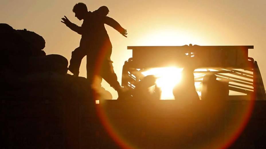 Operários trabalham em um local de despejo de carvão nos arredores de Cabul, Afeganistão