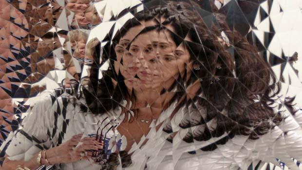 Mulher refletida na obra de Anish Kapoor na feira Art Basel, em Miami