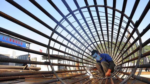 Funcionário trabalha na construção de estação de trem e Ningbo, China