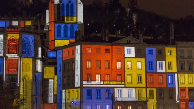 Instalação do artista Daniel Knipper durante ensaio para o Festival das Luzes, em Lyon, na França