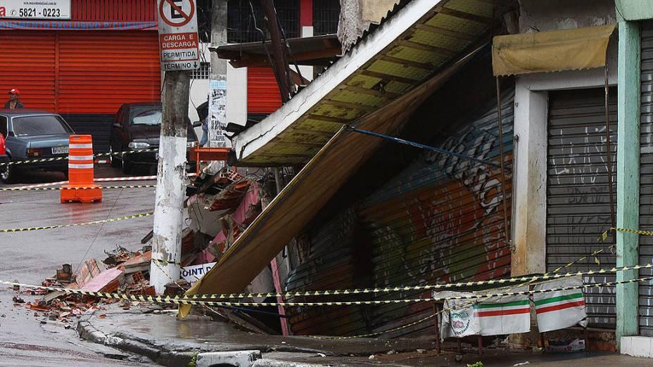 Duas lojas desabam e quatro são interditadas na zona sul de São Paulo, nesta quinta-feira (10)