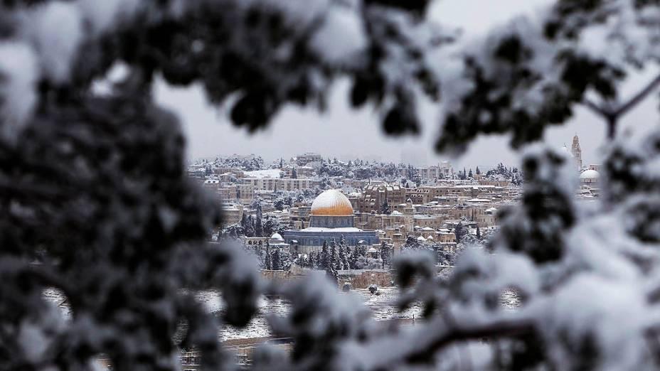 Vista da cidade de Jerusalém, na pior nevasca registrada em 20 anos na região afetou o funcionamento do transporte público, das rodovias e de escolas