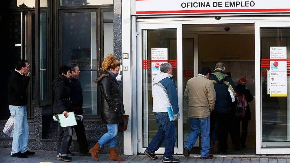 Pessoas aguardam na fila para ser atendido em uma agência de empregos, em Madri, Espanha. O desemprego na Espanha aumentou ainda mais no último trimestre de 2012