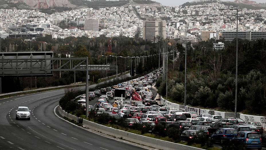 Engarrafamento durante uma greve dos funcionários do transporte público em Atenas (Grécia)
