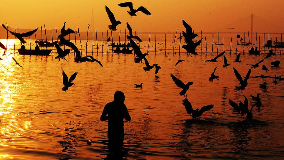 Indiano toma banho no rio Ganges durante manhã de quinta-feira (24) em praia de Mumbai, na Índia