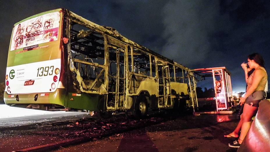 Quatro ônibus foram incendiados na rodovia SC-401, em Canasvierias, em onda de ataques em Santa Catarina no início do ano