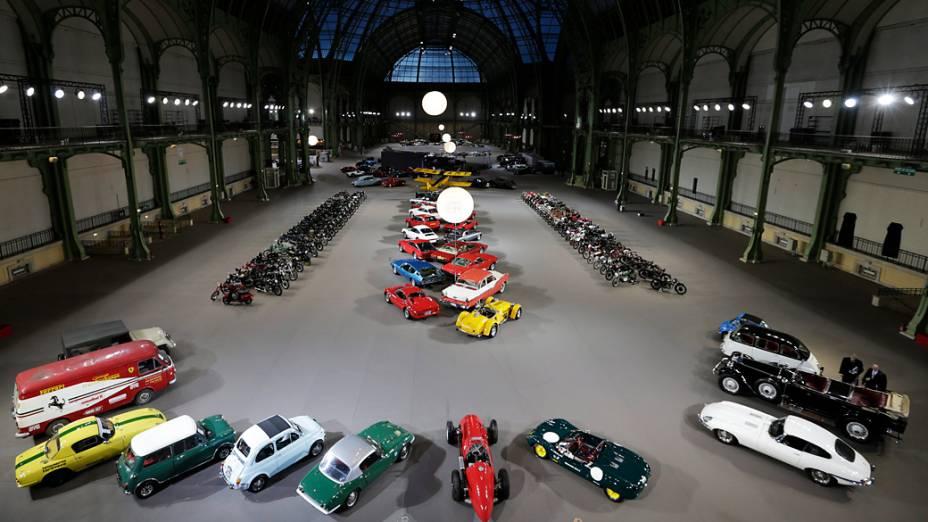 Exposição reúne carros e motos vintage no Grand Palais, em Paris