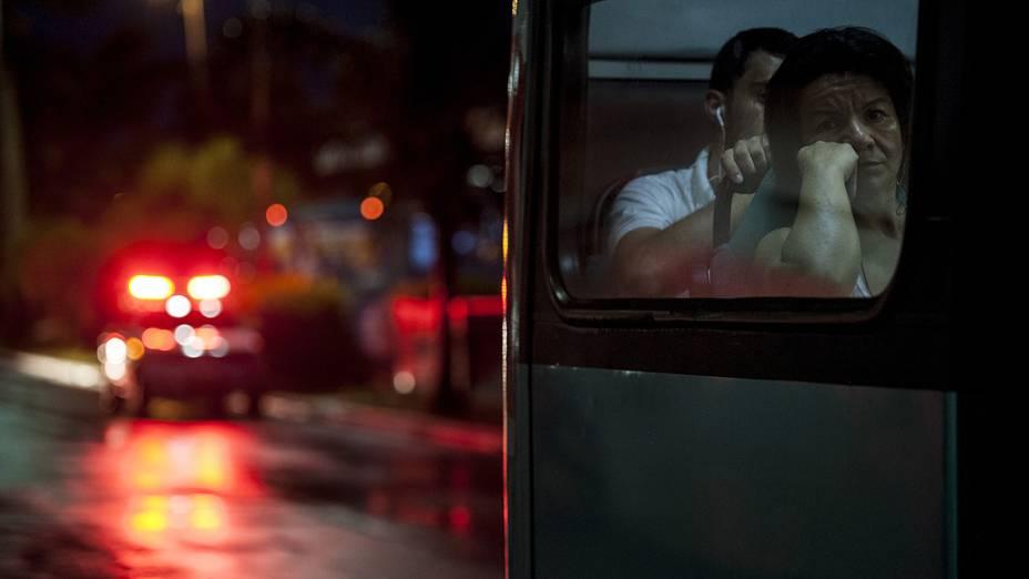 Ônibus sai do Terminal Central de Florianópolis (Ticen) com escolta policial após onda de violência em várias cidades de Santa Catarina