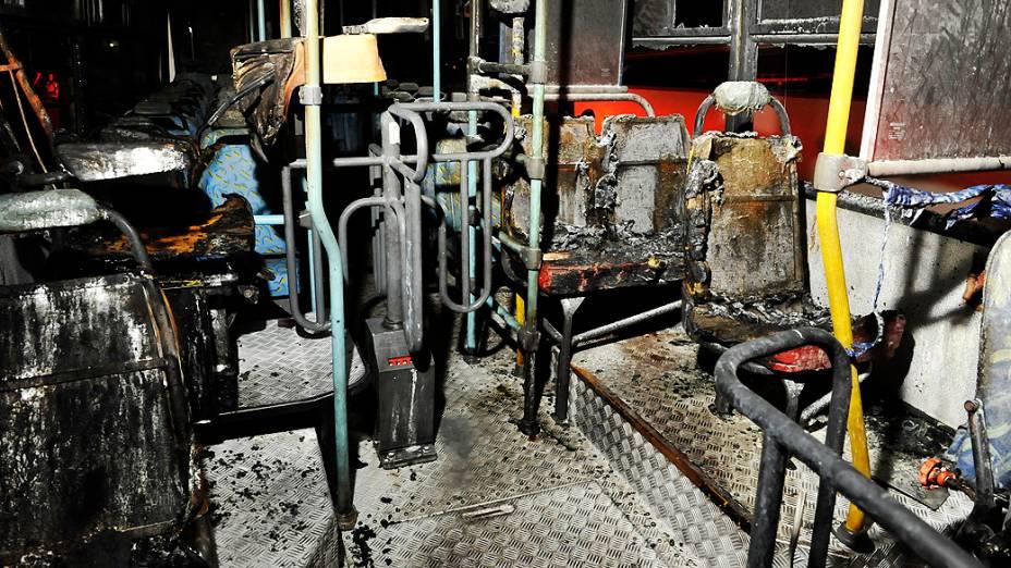 Criminosos voltaram a incendiar ônibus na Grande Florianópolis. Na noite desta quinta-feira, por volta das 20h30, um coletivo foi queimado no Bairro Ipiranga, em São José