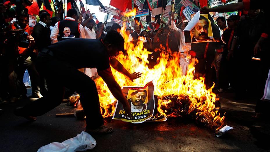Manifestantes protestam contra a visita do presidente do Sri Lanka, Mahinda Rajapaksa, à Índia