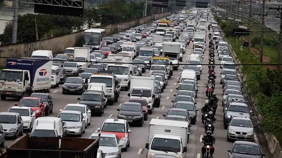 Trânsito congestionado na Marginal Pinheiros durante a manhã desta sexta feira, véspera do feriado de Carnaval