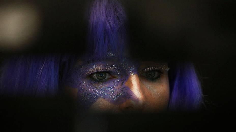 Acionista usa fantasia na bolsa de valores de Frankfurt durante carnaval, na Alemanha