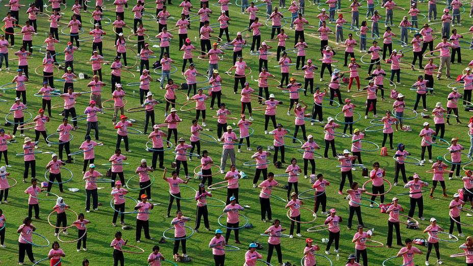 Taliandeses tentam quebrar recorde mundial de maior número de pessoas usando bambolê ao mesmo tempo, nos arredores de Bangcoc