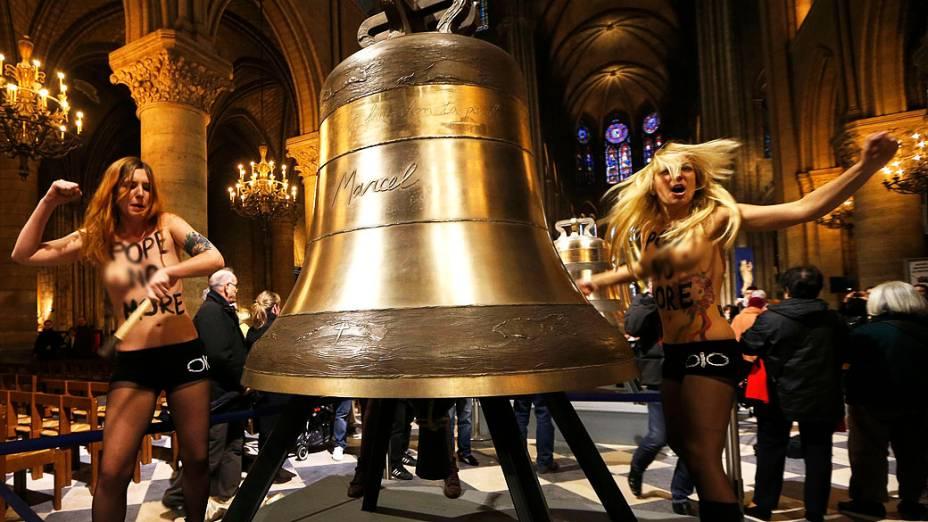 Integrantes do grupo feminista Femen durante protesto contra a instalação dos novos sinos de bronze da Catedral de Notre-Dame, em Paris