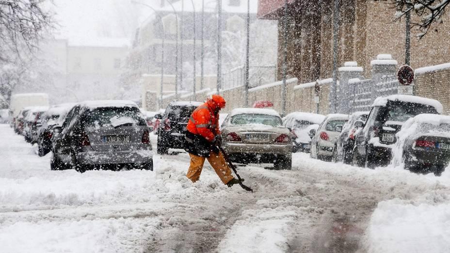 Homem retira neve de uma rua em Vitória, onde ocorreu a maior nevasca dos últimos 6 anos, na Espanha