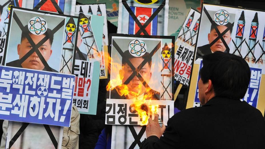 Em Seul, ativista queima placa do líder norte-coreano Kim Jong Un durante protesto contra teste nuclear realizado pela Coreia do Norte