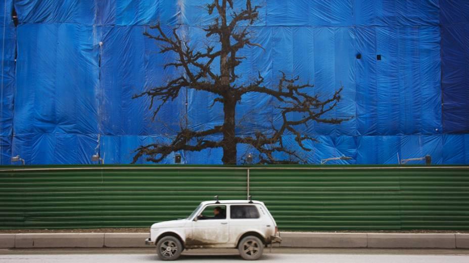 Carro passa em frente a construção de prédio em Krasnaya Polyan, Rússia