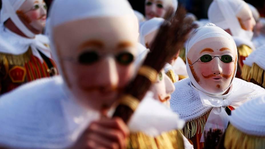 Foliões desfilam em carnaval da cidade de Binche, na Bélgica