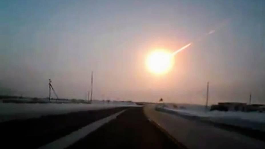 Cerca de 500 pessoas ficaram feridas, três delas com gravidade, depois que um meteoro caiu e se desintegrou sobre a região russa de Tcheliabinsk