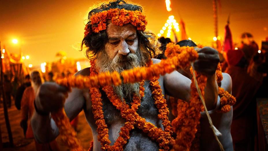 Os naga sadhus, homens sagrados do hinduísmo, participam de ritual à beira do rio Ganga, durante o festival Maha Kumbh, em Allahabad, na Índia, nesta sexta-feira (15)