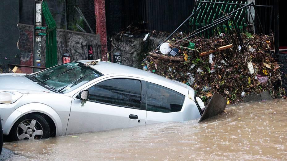 Veículo em alagamento, após forte chuva, na rua Harmonia, na Vila Madalena, zona oeste de São Paulo