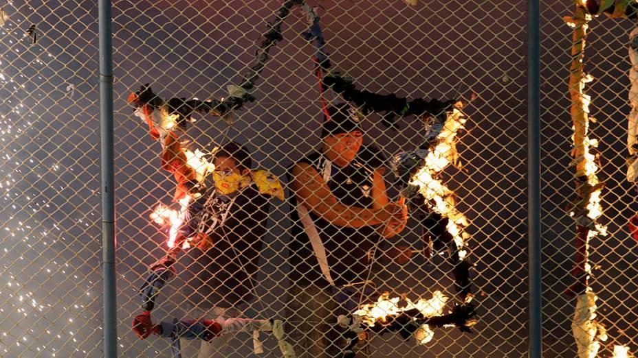 Bolivianos protestam contra torcedores do Corinthians, que foram à Bolívia. A morte do jovem torcedor Kevin Douglas Beltran Espada, 14 anos, tomou conta das redes sociais, minutos depois do fim do empate por 1 a 1, entre San Jose e Corinthians, em Oruro, na Bolívia