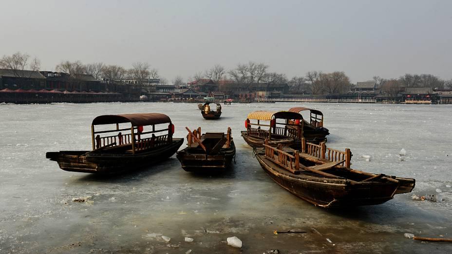 Barcos são vistos em lago congelado em Pequim, na China