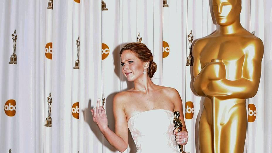 Após levar a estatueta de Melhor Atriz e tomar um tombo ao subir no palco, Jennifer Lawrence reage às piadas de fotógrafos