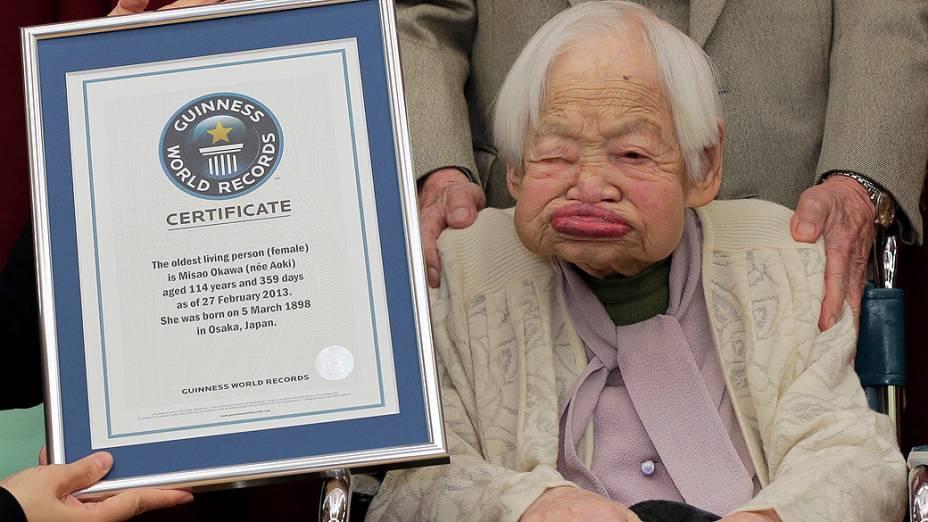 A japonesa Misao Okawa, 114, recebe o certificado de mulher mais velha do mundo pela representante do Guinness World Records no Japão, Erika Ogawa, em asilo de Osaka, nesta quarta-feira (27)