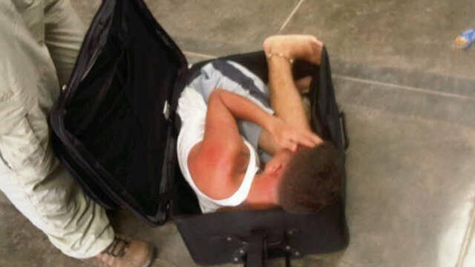 Imagem divulgada nesta quarta-feira (27) mostra o preso venezuelano Gavinson García dentro da mala na qual pretendia fugir escondido da penitenciária Yare 2, em Caracas