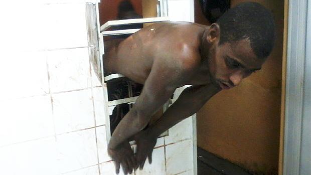Um homem ficou entalado na janela de um posto de saúde na última madrugada, no bairro Sambra, em Jaboticabal (SP), a 350 quilômetros de São Paulo, ao tentar furtar um botijão de gás do local