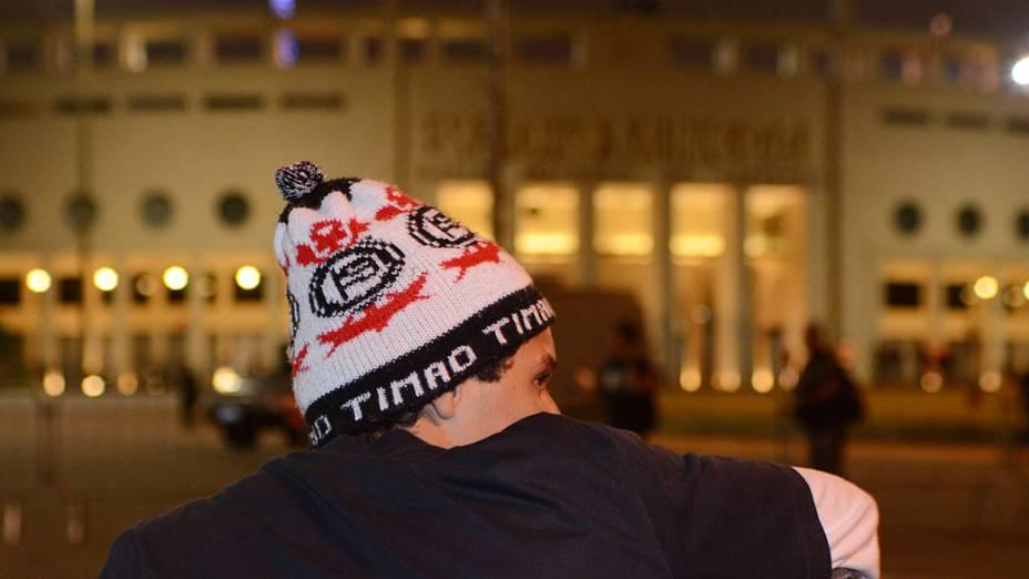 Torcedor do Corinthians em frente ao Estádio do Pacaembu, na noite desta quarta-feira (27) em São Paulo. O jogo do Corinthians e Millonarios da Colômbia válido pela Copa Libertadores da América 2013 será com portões fechados, sem a presença de torcedores