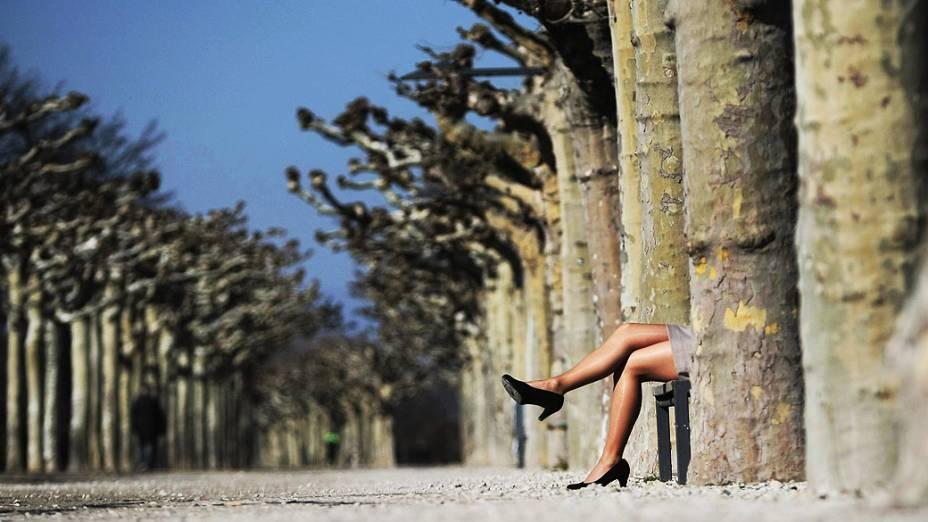 Uma mulher aproveita o dia ensolarado de primavera em Mainz, no oeste da Alemanha