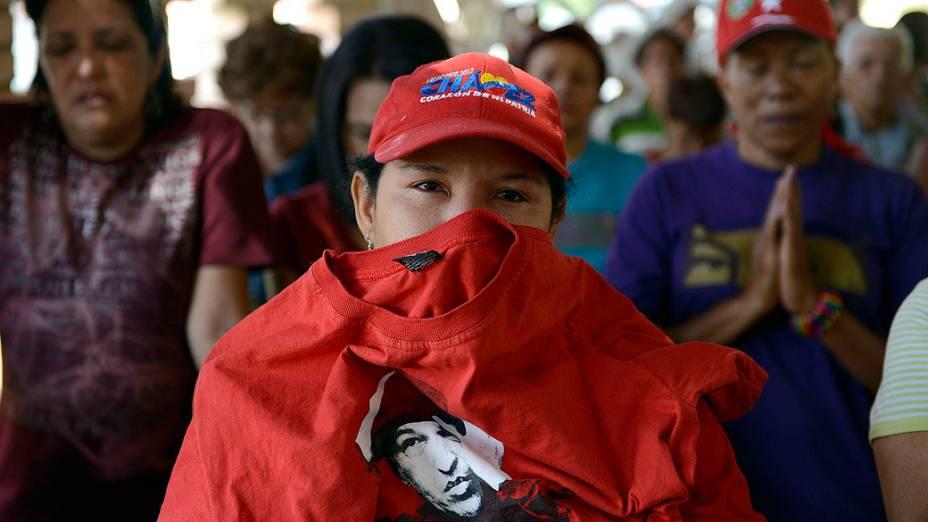Seguidores rezam e choram pela saúde de Hugo Chávez em capela no hospital militar de Caracas, na Venezuela