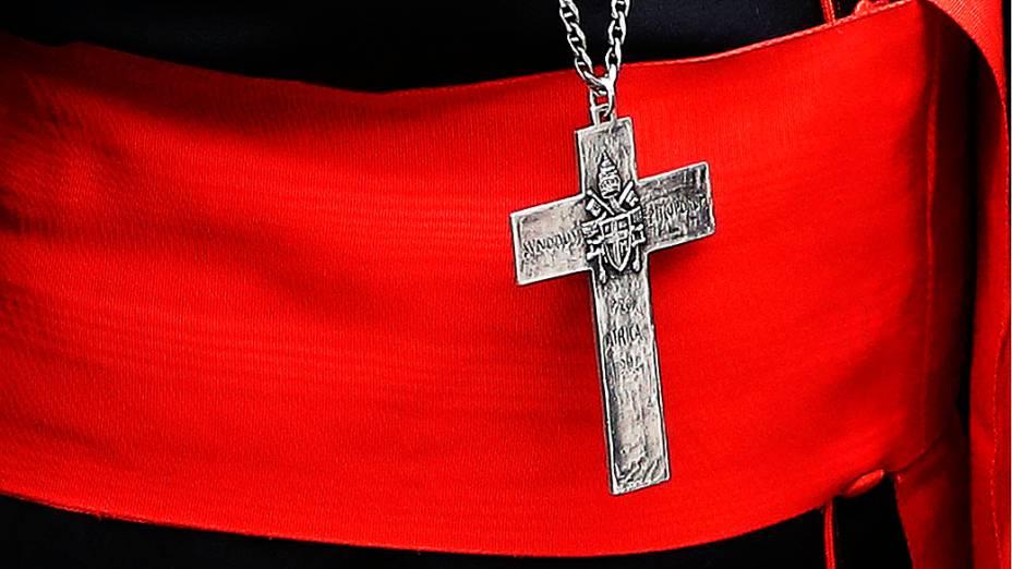 Cardeal chega para reunião a portas-fechadas na Sala do Sínodo, no Vaticano