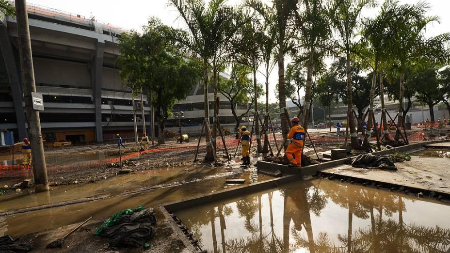 Garis trabalham na limpeza dos estragos causados no entorno do Estádio do Maracanã, após o forte temporal que atingiu o Rio de Janeiro