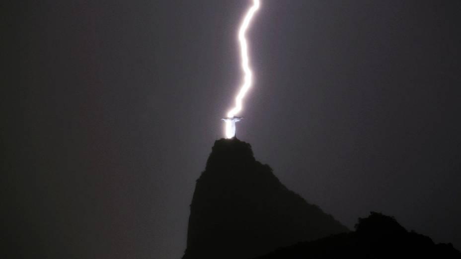 Raio cai próximo ao Cristo Redentor durante chuva na cidade do Rio de Janeiro