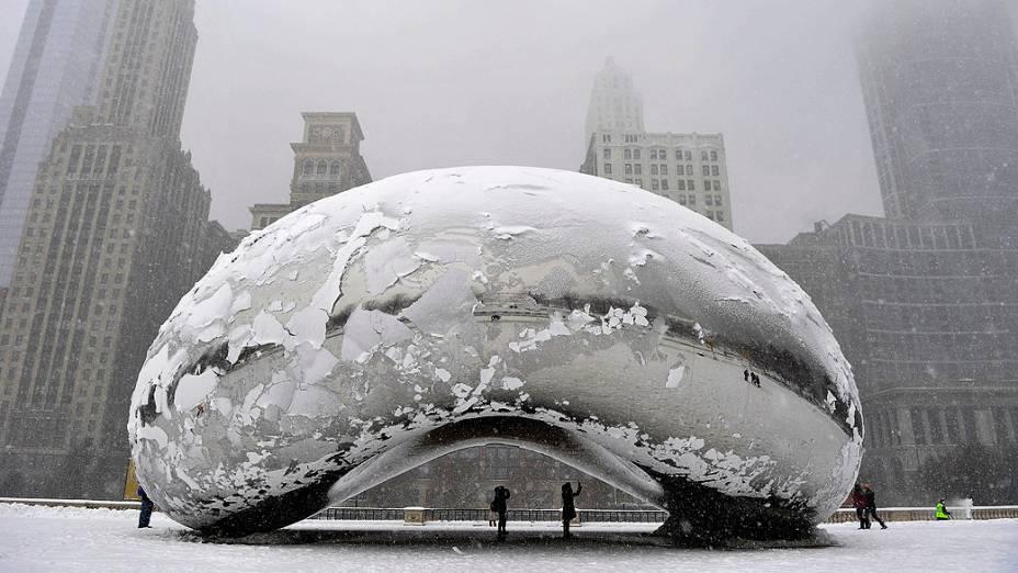 A Cloud Gate, mais conhecida como The Bean (O Feijão) é uma das atrações do Millenium Park e um dos cartões postais de Chicago, fica coberta de neve nesta terça-feira (5). Cerca 2600 voos foram cancelados por causa da pior nevasca deste inverno no país