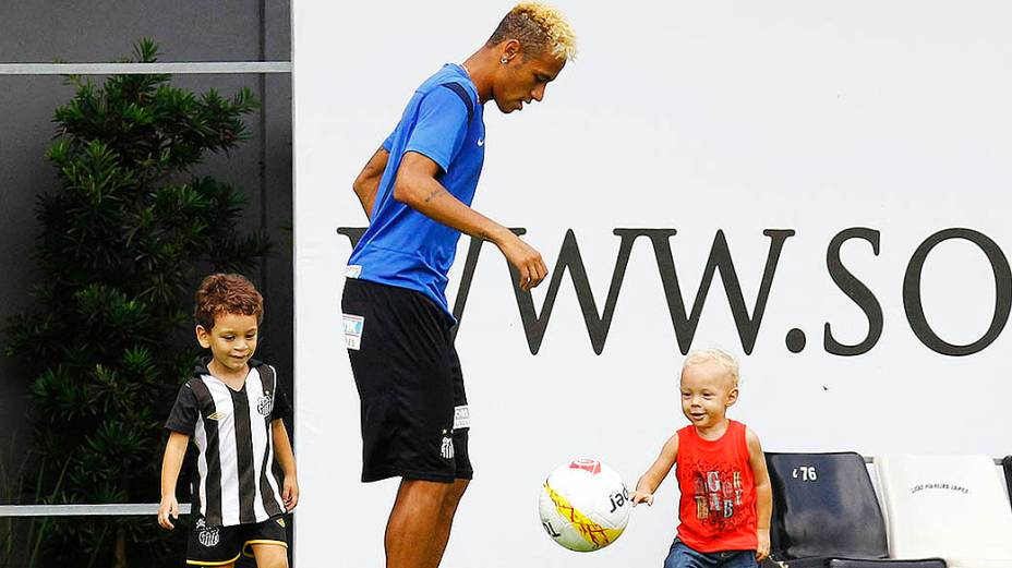 O atacante Neymar levou o filho David Lucca ao CT Rei Pelé nesta quarta-feira (06) e brincou com o menino depois do treino do Santos