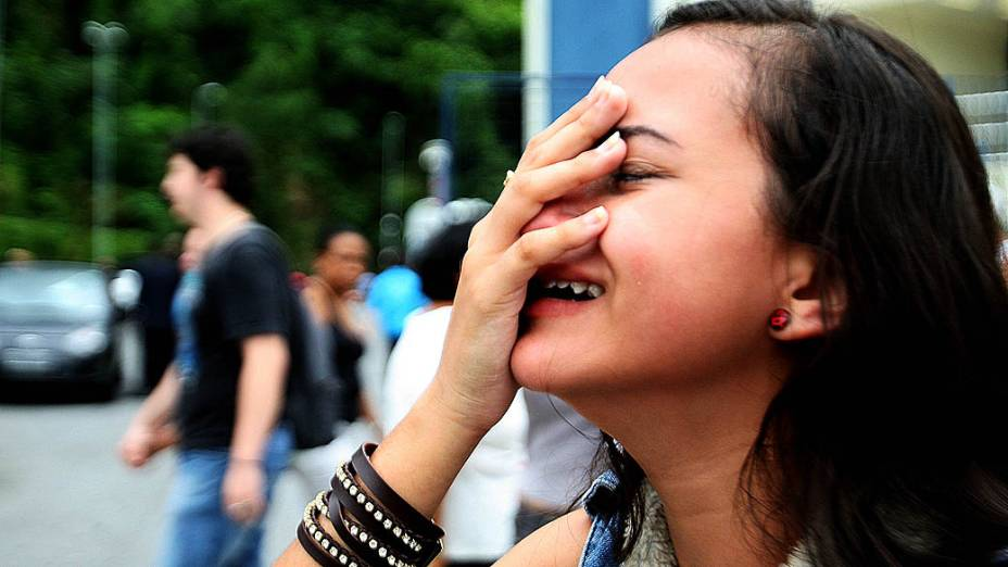 Fã chora durante velório do corpo do vocalista da banda Charlie Brown Jr, Chorão, no ginásio esportivo Arena Santos em Santos (SP)