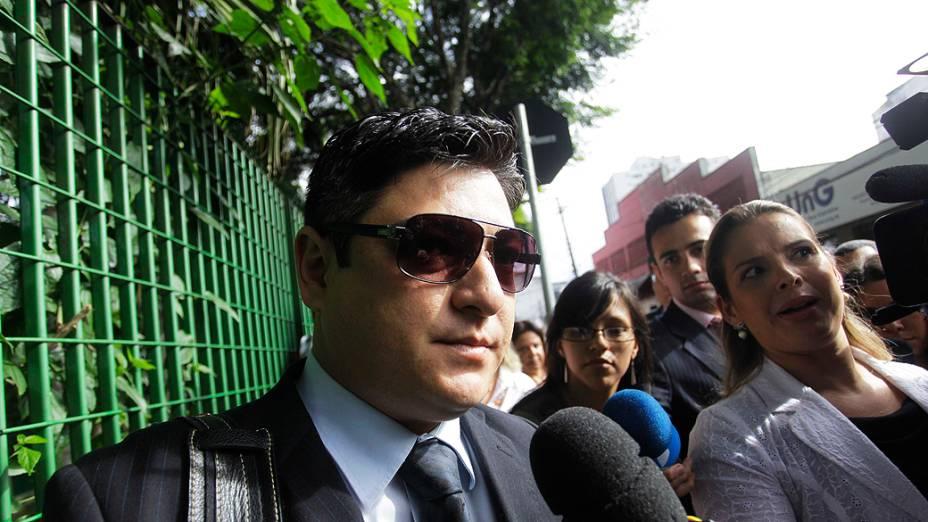 Marcio, irmão de Mércia Nakashima, chega para o primeiro dia de julgamento, no Fórum de Guarulhos, em 11/03/2013
